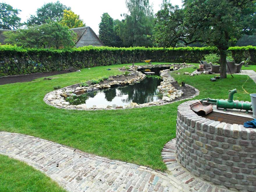 Aanleg vijvers bestrating gras in meppen for Vierkante vijver maken