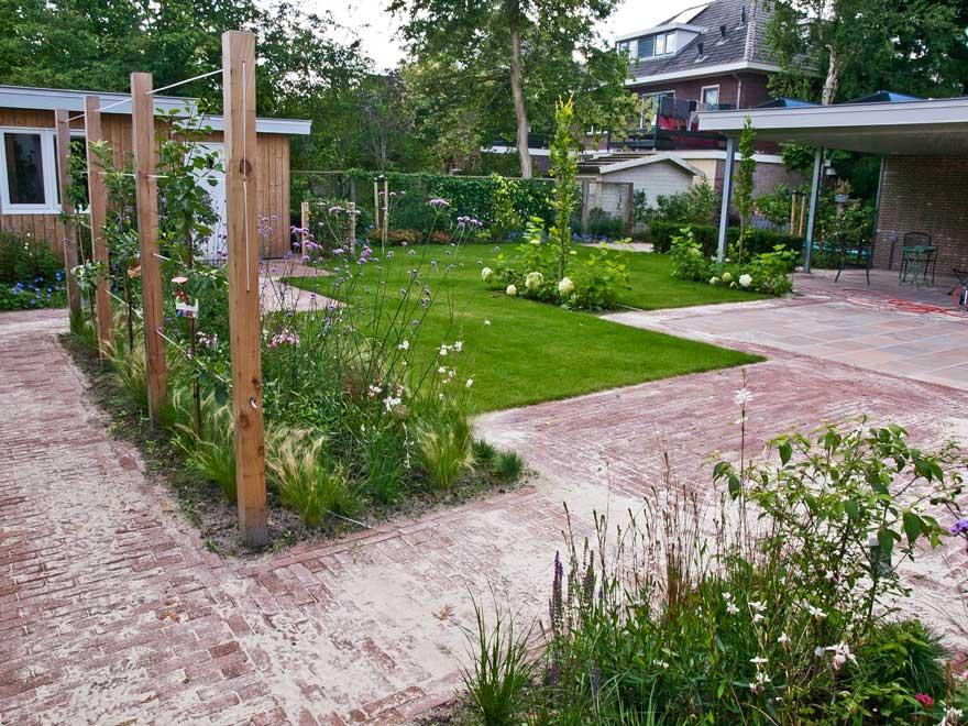 Rustige tuin met houtwerk te assen for Voorbeeld tuinen kijken