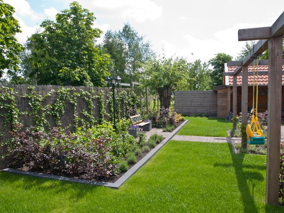 Kindvriendelijke tuin met overkapte leefruimte in smilde for Kindvriendelijke tuin ontwerpen